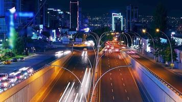 timelapse del traffico cittadino notturno. traffico time-lapse nelle ore di punta. video
