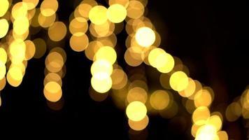 onscherpe bokeh van licht versieren boom in de nacht video