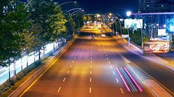tráfico de lapso de tiempo en hora punta. tráfico nocturno fantástico. video