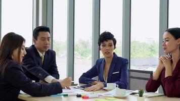 Gerente asiático haciendo trato con el cliente en empresas internacionales video