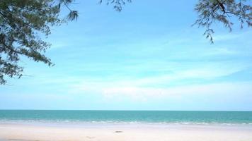 panoramautsikt över vit strand och blått hav på sommaren video