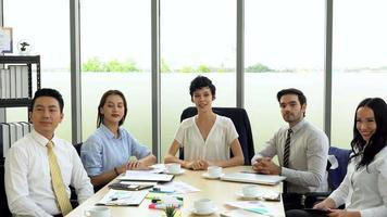 Equipo multiétnico hablando con el cliente en una reunión a través de una videoconferencia. video