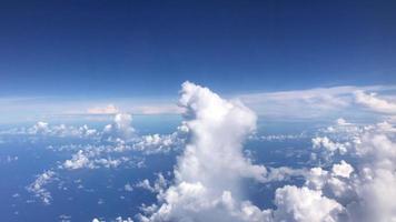blauwe lucht en wolken luchtfoto video
