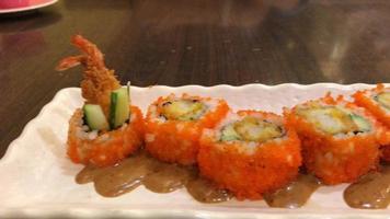 sushi roll de camarão frito - comida japonesa video