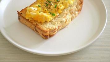 pane tostato con uova strapazzate video