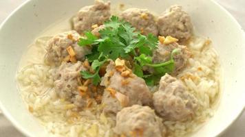 hemlagat kokt ris med fläsk i vit skål video