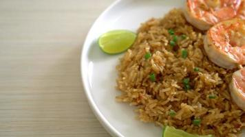 brochette de crevettes panées sur riz frit video