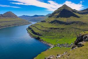 hermoso paisaje de fiordos en las islas Feroe foto
