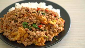stekt fläsk med basilika och ägg toppat på ris video