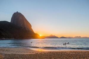 amanecer en la playa roja del barrio urca foto