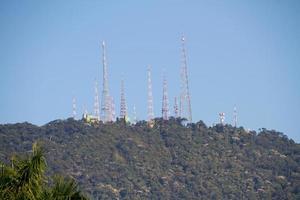 antenas en la cima de la colina sumare en río de janeiro, brasil. foto
