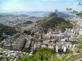barrio de copacabana visto desde lo alto del cerro de las cabras foto