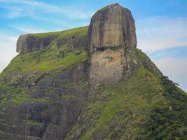 Vista de la piedra de gavea en río de janeiro, brasil. foto