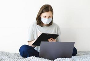 coronavirus. cuarentena. niña y aprendizaje a distancia. estudiando en línea. foto
