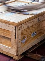etiqueta de radiación al lado de la caja de madera de transporte escriba un paquete foto