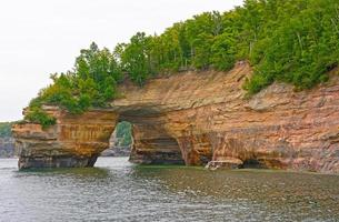 Arco de arenisca en la bahía a orillas del lago foto