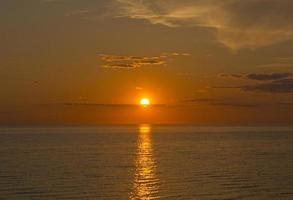 puesta de sol con nubes al atardecer foto