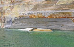 icebergs de arenisca en el agua foto