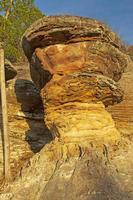 resplandor de la tarde en una formación rocosa inusual foto
