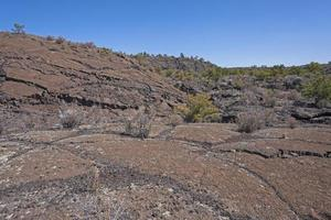 domos de lava en un paisaje árido foto