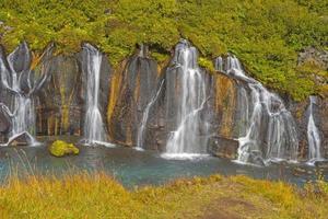 caídas tranquilas que fluyen de la roca volcánica foto