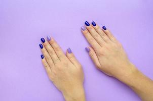manicura de mujer de moda con estilo. azul y lila foto