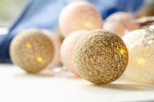 guirnalda de luces navideñas. bolas de mimbre. antecedentes. foto