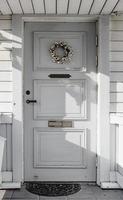 Puerta de entrada. el porche de la casa. foto