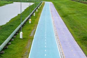 carriles bici de hermosos colores en el parque. foto