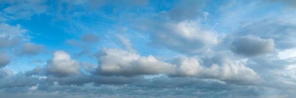 cielo panorámico con nubes en un día soleado. foto