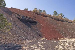 lado de un cono de ceniza volcánica foto