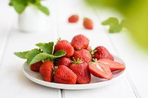 Hermosas fresas frescas jugosas en la superficie de hormigón foto