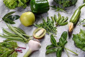 Composición de verduras, especias y hierbas verdes brillantes y jugosas. foto