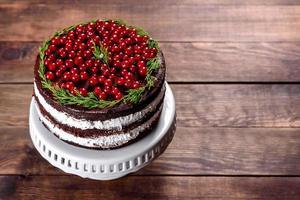 hermoso y delicioso pastel con frutos rojos brillantes foto
