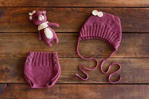 hermosos peluches, gorros y pantalones cortos tejidos para bebés foto