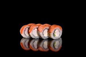 Rollos de sushi frescos preparados con las mejores variedades de pescados y mariscos. foto