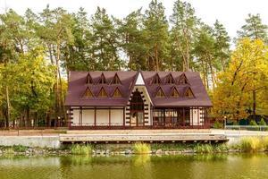 un pequeño hotel complejo en el bosque c foto