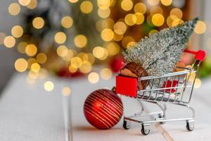 carro de compras con regalos y regalos de Navidad. compras de Navidad foto