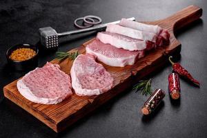 un trozo de escalope de cerdo fresco y crudo cortado en varias partes foto
