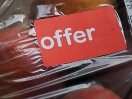 etiqueta de oferta en etiqueta de fruta foto