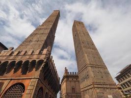 Due Torri dos torres en Bolonia foto