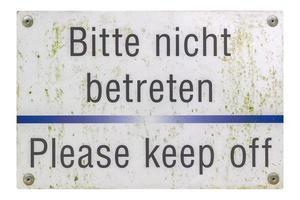 signo alemán aislado sobre blanco. por favor manténgase alejado. foto