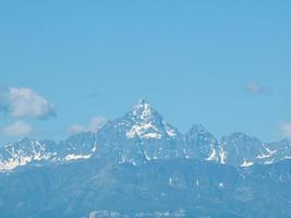 horizonte de la montaña monviso foto