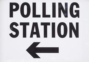 cartel de la mesa de votación en la ciudad foto
