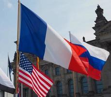 banderas francesas, rusas y americanas foto