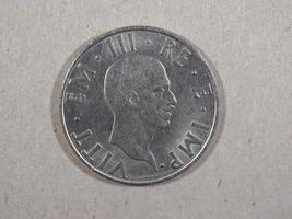 Moneda antigua lira italiana con rey vittorio emanuele iii foto