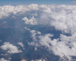vista aérea del valle de los alpes foto