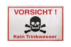 signo alemán aislado sobre blanco. atención, no hay agua potable. foto