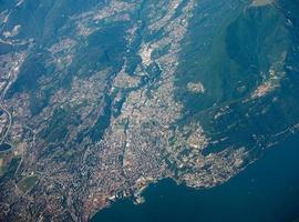 vista aérea del lago de lugano foto