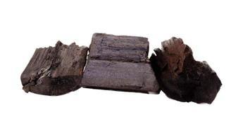 Carbón de leña aislado sobre un fondo blanco. foto